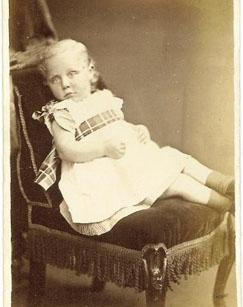 фотография с мёртвым ребенком