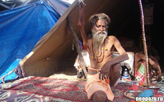 Индийский святой, который в течении 38 лет держит свою правую руку поднятой во славу Шивы