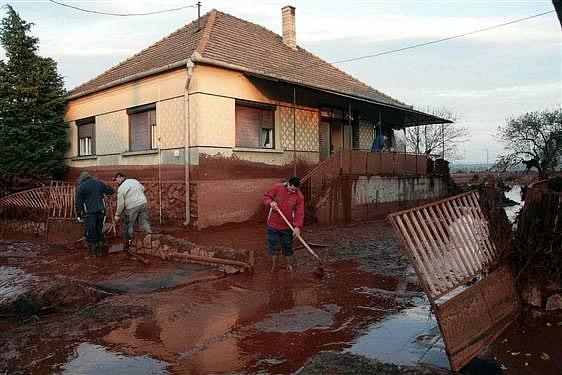 Город Айка в Венгрии смыло красным шламом