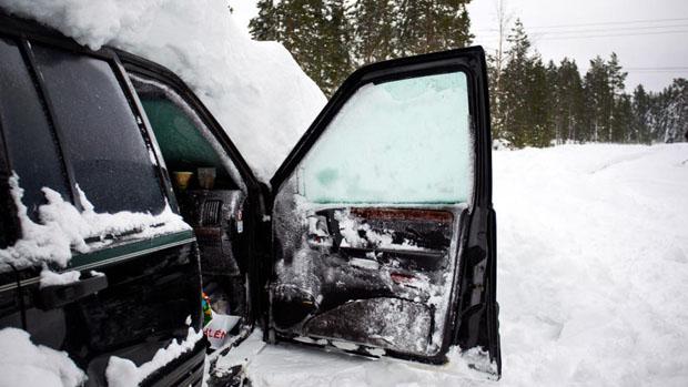 17 февраля двое местных жителей на снегоходах мчались по покрытой метровым слоем снега лесной дороге. Неожиданно они обнаружили автомобиль, выглядевший как гигантский сугроб.  2. Они решили, что кто-то просто оставил в лесу свою старую машину, предназначенную на выброс. Тем не менее, было принято решение «спешиться» и заглянуть внутрь. В салоне что-то шевелилось.