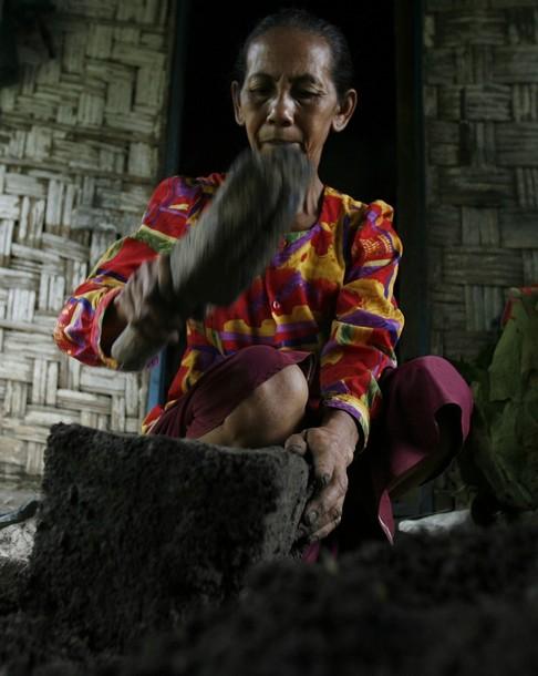 в индонезии едят землю